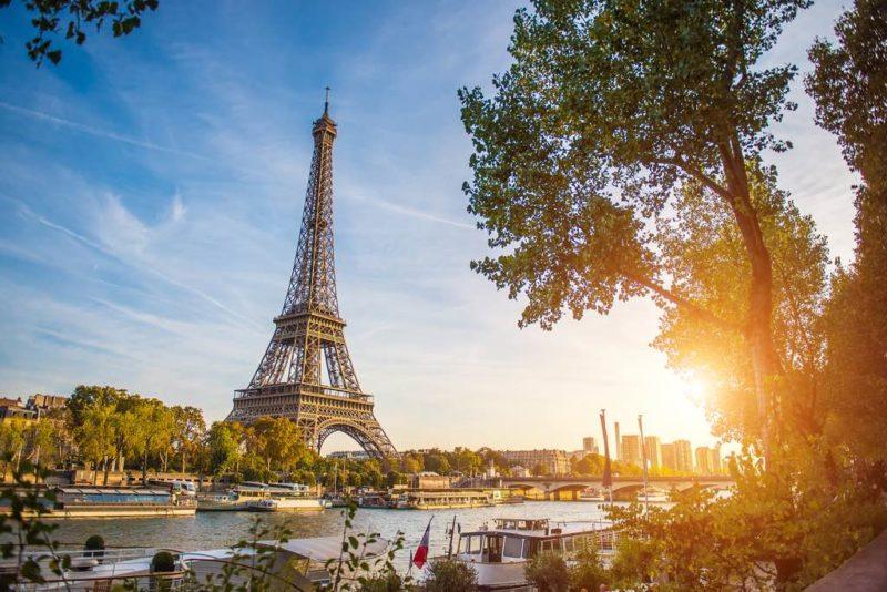 Paris am Ufer der Seine mit Blick auf den Eiffel Turm