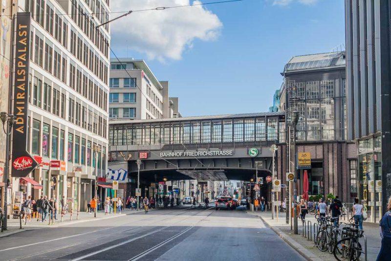 Bahnhof Friedrichstraße, links der Admiralspalast