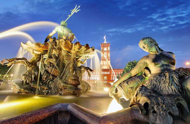 Der Neptunbrunnen mit dem Roten Rathaus im Hintergrund