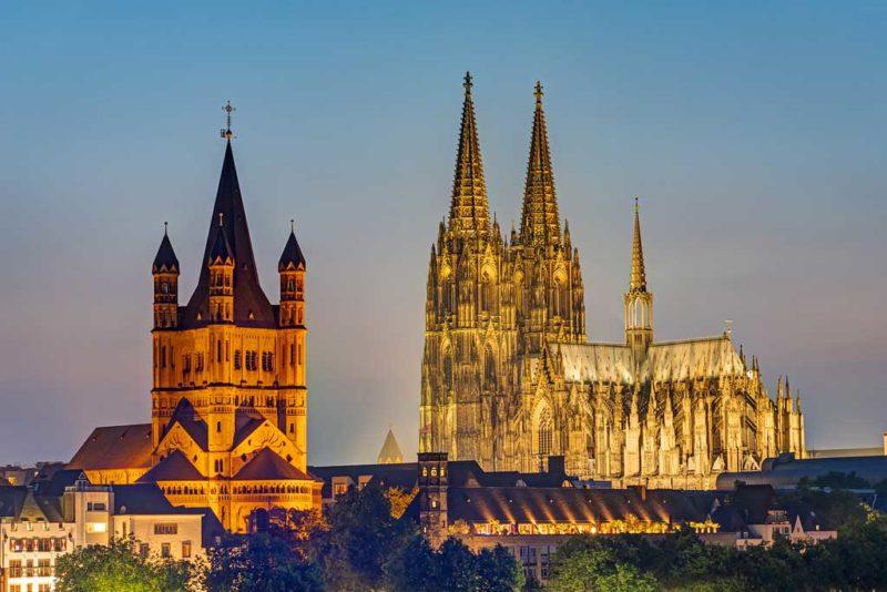 Links Groß St. Martin dahinter leuchtet der Kölner Dom