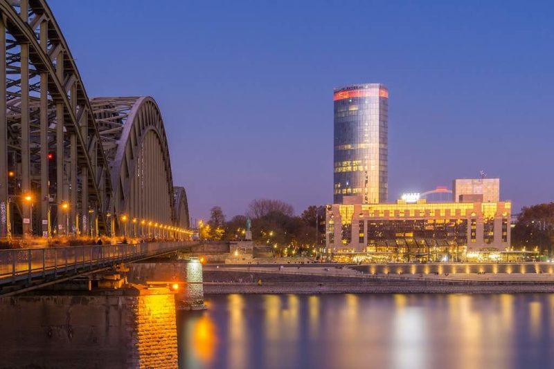 Der beleuchtete Wolkenkratzer Kölner Triangle