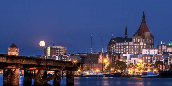Rostock zur blauen Stunde am Ufer der Warnow