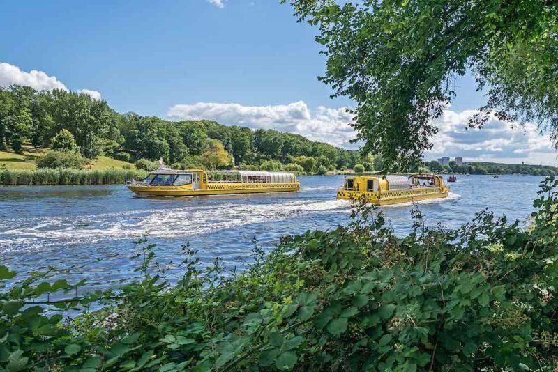 Zwei Wassertaxis kreuzen auf dem Tiefen See in Potsdam