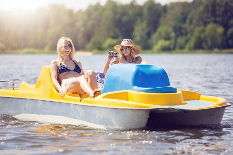 Beim Bootsverleih auf der Freundschaftsinsel kann man auch Tretboote mieten