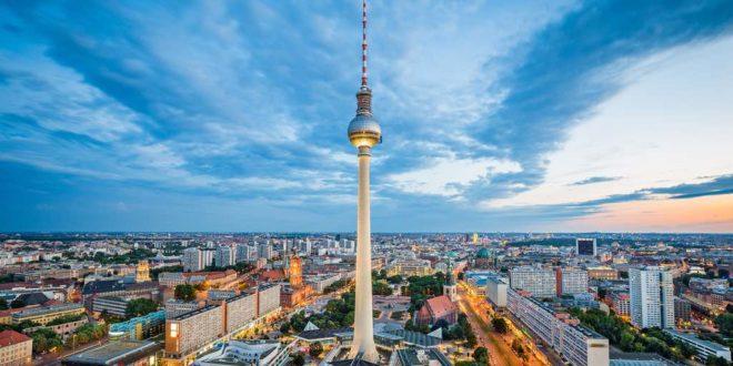 Der Fernsehturm ist ein Wahrzeichen von Berlin
