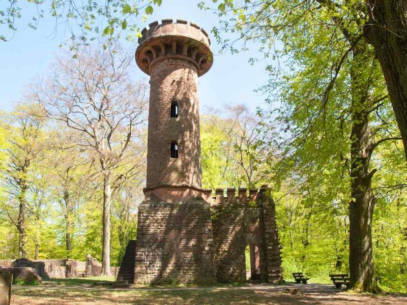 Der Heiligenbergturm wurde aus Sandsteinen der Ruine Stephanskloster erbaut