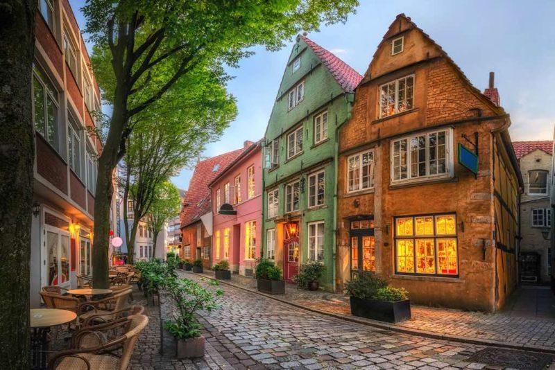 Das malerische Schnoor-Viertel mit Kopfsteinpflasterstraßen und kleinen bunten Häusern in Bremen