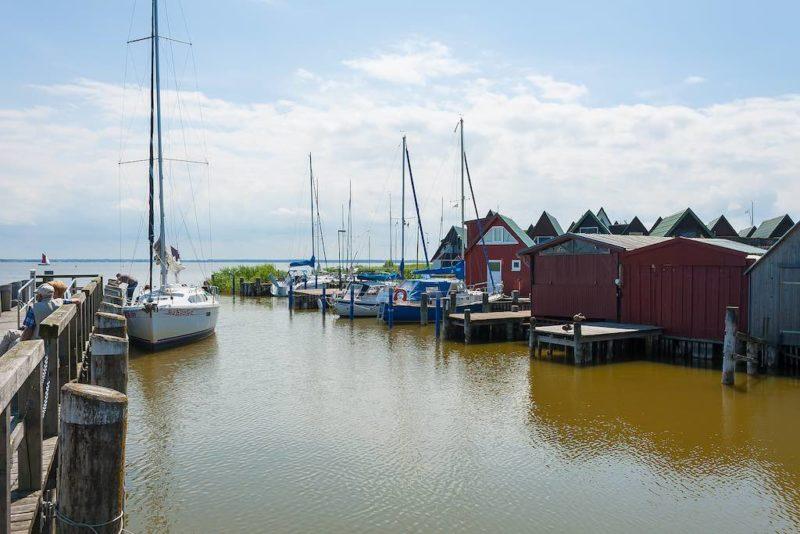 Der Hafen Althagen ist eine beliebte Touristenattraktion am Bodden der Halbinsel Fischland-Darss-Zingst