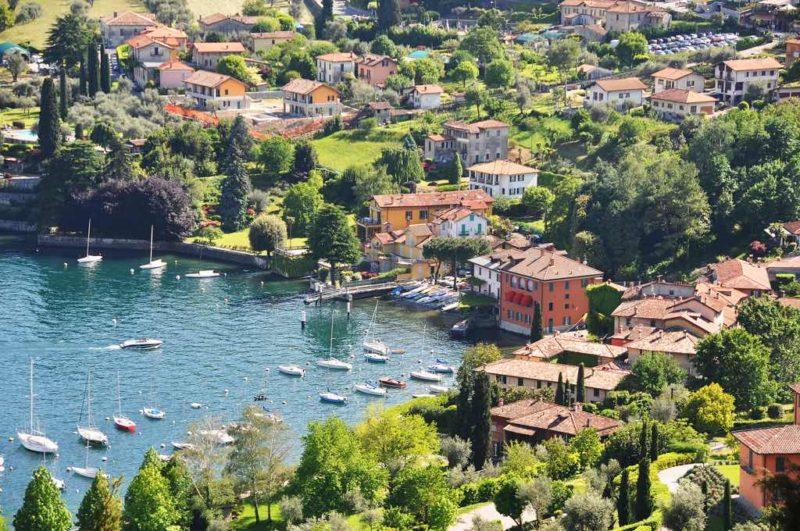 Auf dem Hügel oberhalb von Bellagio steht die Villa Serbelloni, die heute Eigentum der Rockefeller-Stiftung ist.