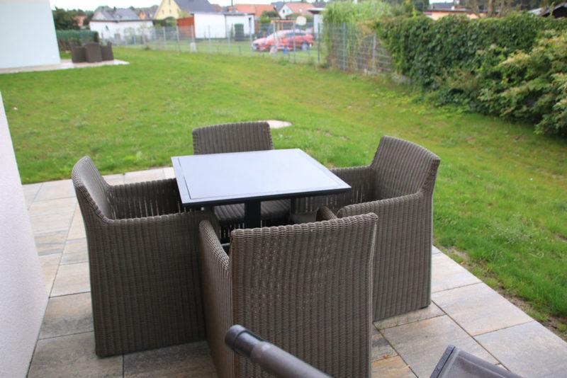 Auf der Terrasse der Suite haben Gartenmöbel und Liegestuhl Platz © SEETELHOTEL Kinderresort Usedom