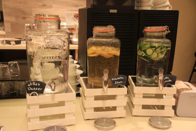 Herrlich erfrischend schmeckt der Kräutertee oder das Zitronen-Gurken-Wasser